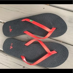 Sanuk like new red flip flops